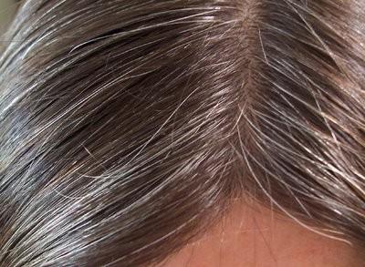 Meches de couleur sur cheveux blancs